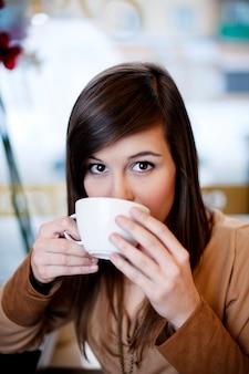 Close up van vrouw koffie drinken