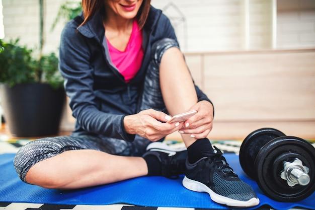 Close up van vrouw koppelverkoop zwarte sportschoenen. ze maakt zich klaar voor atletiek- en fitnesstraining. sporten, fitnessen, trainen. gezond levensstijlconcept.