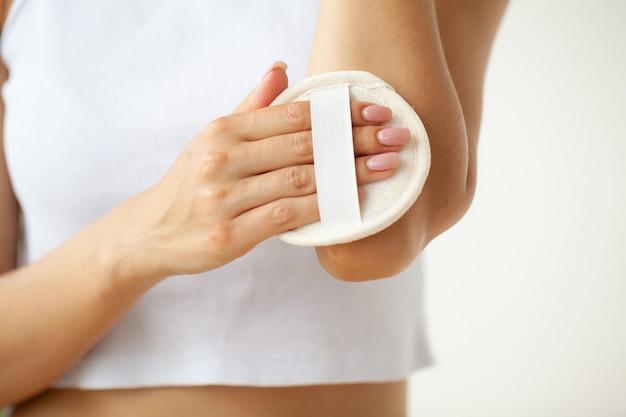 Close up van vrouw met behulp van borstel bij de hand