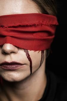 Close-up van vrouw met blinddoek