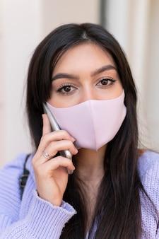 Close-up van vrouw met roze masker