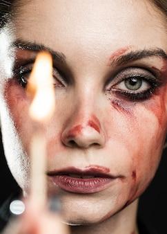 Close-up van vrouw met verlichte wedstrijd