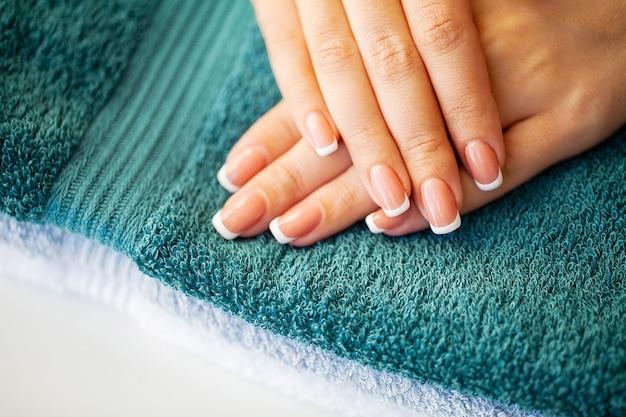 Close up van vrouw nieuwe manicure demonstreren
