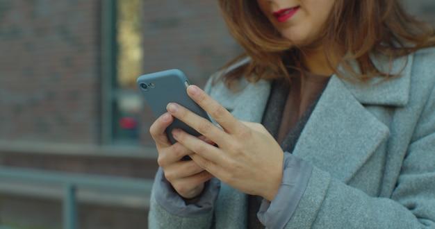 Close-up van vrouwelijke bedrijf smartphone mobiel apparaat