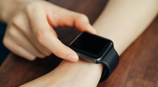 Close-up van vrouwelijke dragen in slimme horlogetoepassing.