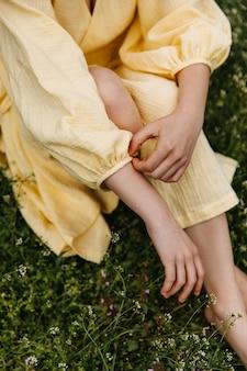 Close-up van vrouwelijke hand aanpassen mouw op haar jurk op een veld