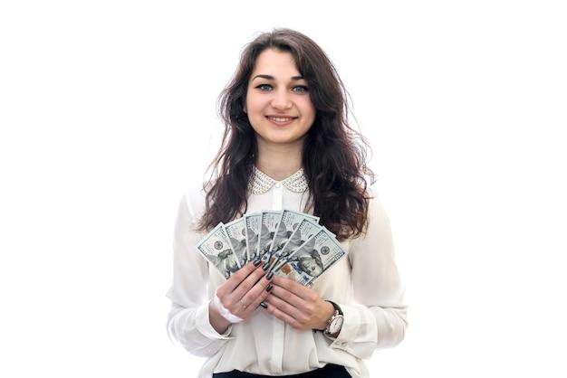 Close-up van vrouwelijke handen die dollarbankbiljetten aanbieden