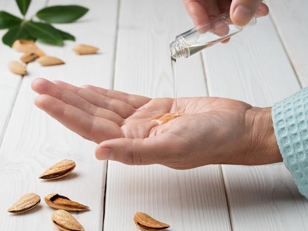 Close-up van vrouwelijke handen tijdens het aanbrengen van vochtinbrengende lotion om beschadigde en droge huid te herstellen