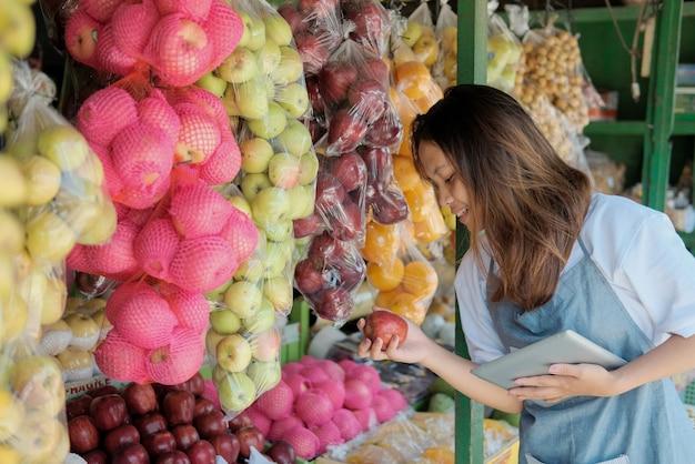 Close up van vrouwelijke winkelbediende met behulp van digitale tablet