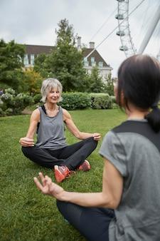 Close-up van vrouwen die buiten mediteren