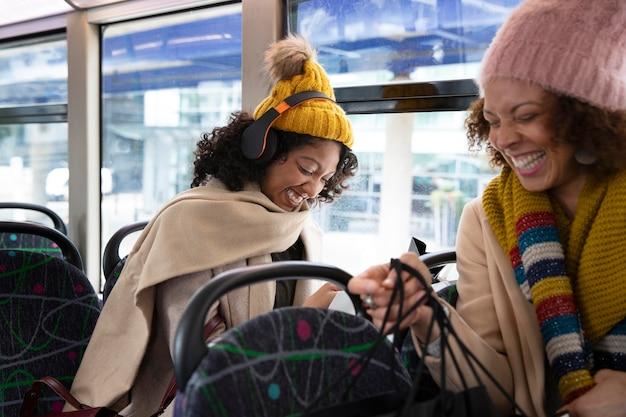 Close-up van vrouwen die met de bus reizen