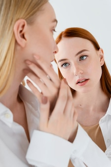 Close-up van vrouwen die naar elkaar kijken