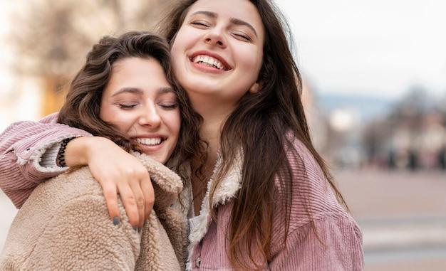 Close-up van vrouwen die plezier hebben in de stad