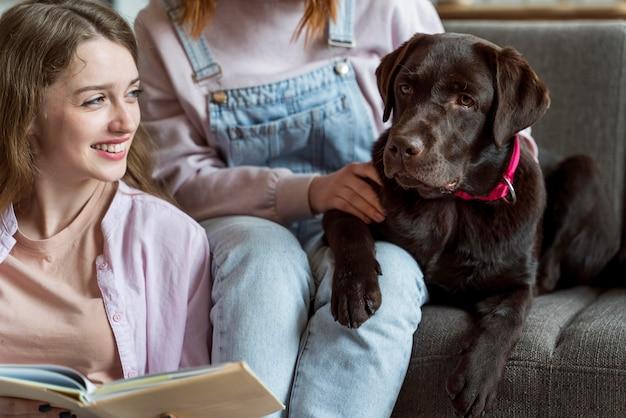 Close-up van vrouwen en honden binnenshuis
