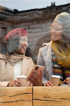 Close-up van vrouwen met koffiekopjes