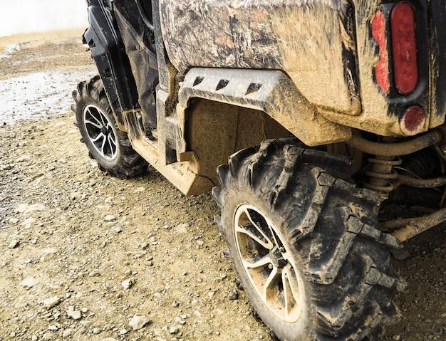 Close-up van vuile wielen met fouten. atv quad voertuig op off-road track