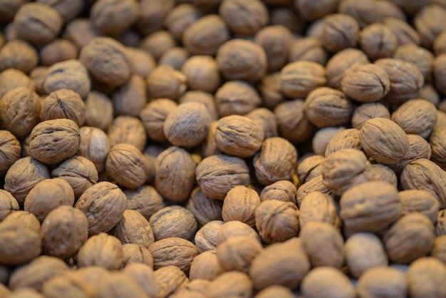 Close-up van walnoten onder de lichten in een markt met een onscherpe achtergrond - perfect voor voedselconcepten