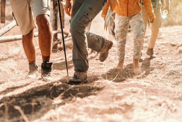 Close up van wandelaars voeten klimmen. wandelen in de natuur op herfst concept.
