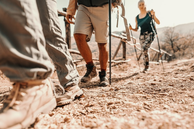 Close up van wandelaars voeten klimmen