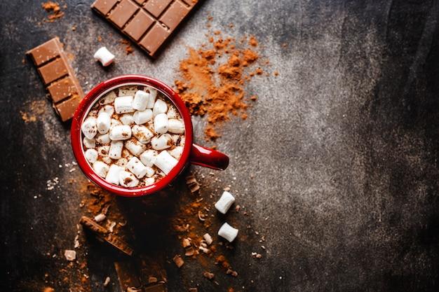 Close-up van warme chocolademelk met marshmallows