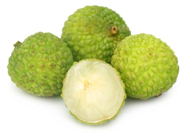 Close up van wat groene lychee op witte achtergrond