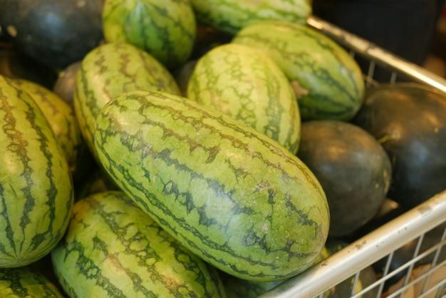 Close up van watermeloen display te koop bij lokale winkel