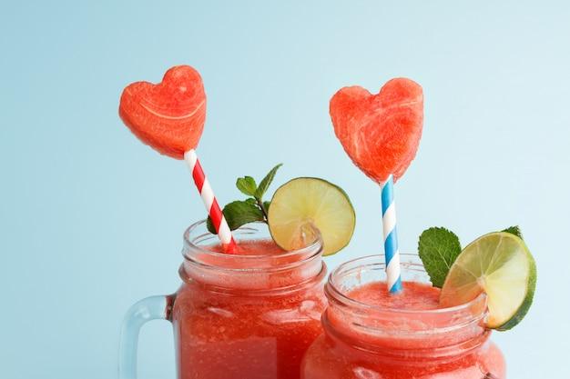 Close-up van watermeloen schudt met hartvormige plakjes