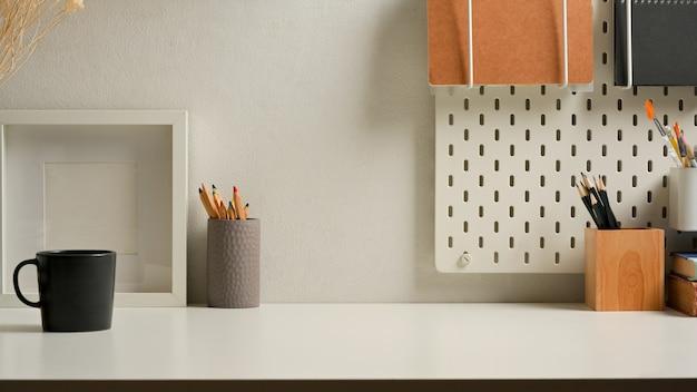 Close-up van werkruimte met briefpapier en hulpmiddelen