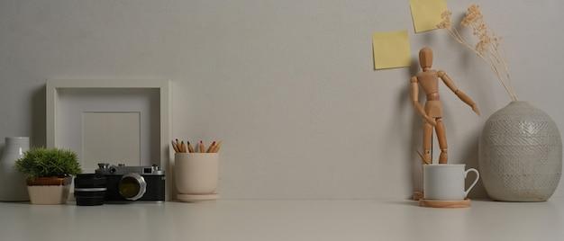 Close-up van werkruimte met camera levert decoraties en kopie ruimte in kantoor aan huis kamer