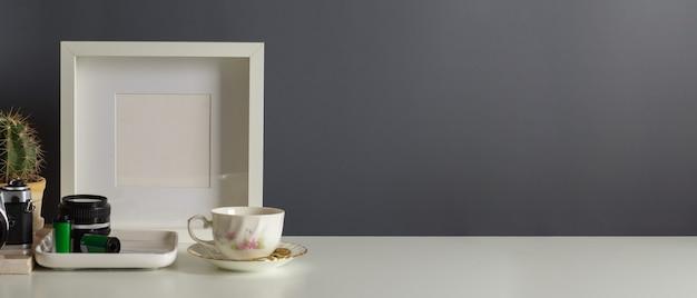 Close-up van werkruimte met fotolijst, leveringen en kopieer de ruimte in kantoor aan huis