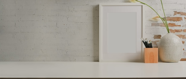 Close-up van werktafel met mock up frame briefpapier vaas en kopie ruimte in kantoor aan huis kamer