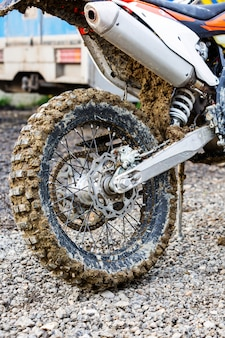 Close-up van wiel van de berg het off-road motorfiets in de modder
