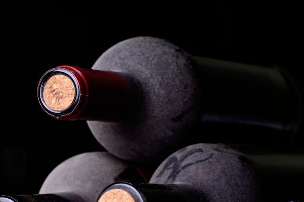 Close-up van wijnflessen op een donkere achtergrond