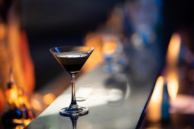 Close-up van wijnglas op rode achtergrond in het nachtlampje van de pub
