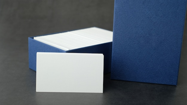 Close-up van wit adreskaartje