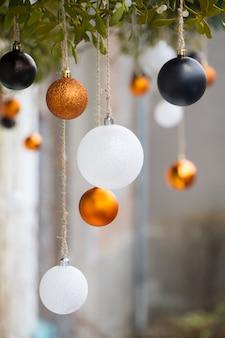 Close-up van witte en gouden kerstballen en maretak