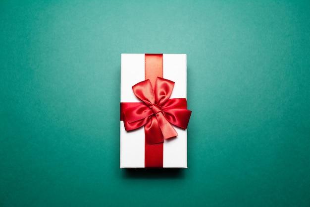 Close-up van witte geschenkdoos met rode strik,