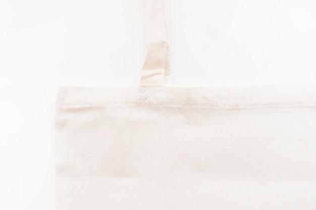 Close-up van witte katoenen zak die op witte achtergrond wordt geïsoleerd