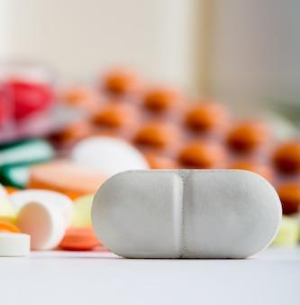 Close-up van witte pil met verschillende medicijnen op background