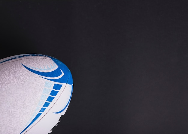 Close-up van witte rugbybal op zwarte achtergrond