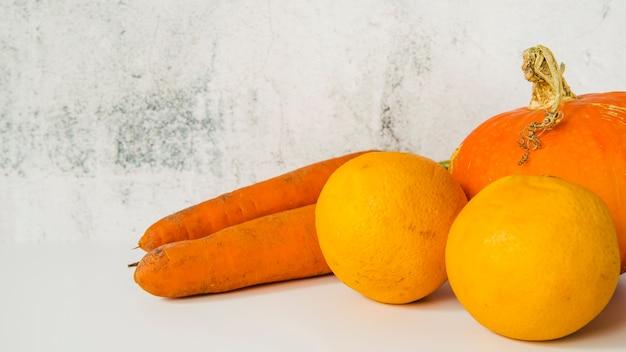 Close-up van wortel; pompoen en hele sinaasappelen