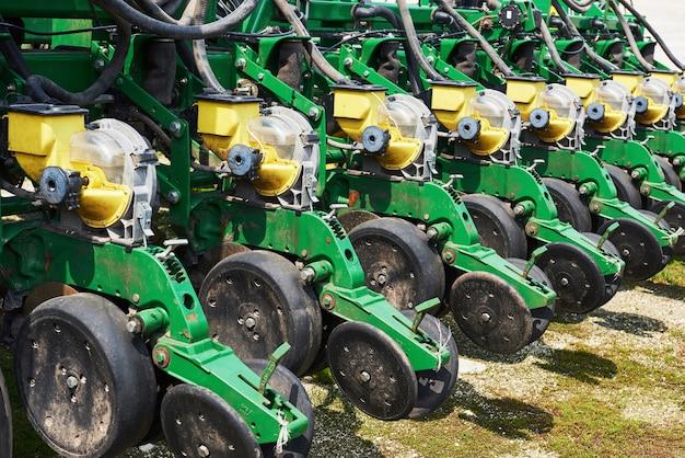 Close-up van zaaimachine in bijlage aan tractor in veld.