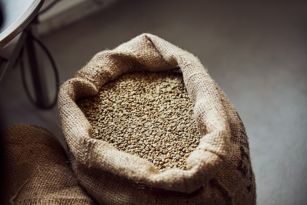 Close up van zak met ongebrande arabica koffiebonen in opslag