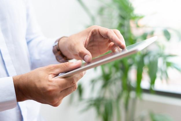 Close-up van zakenman die grafiek op tablet analyseren