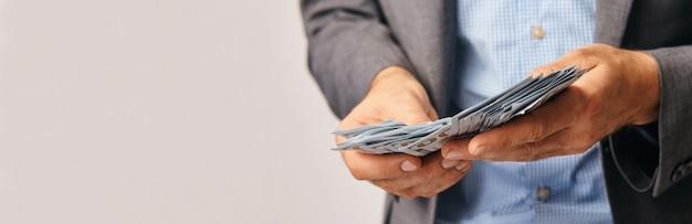 Close up van zakenman handen, ze tellen geld.