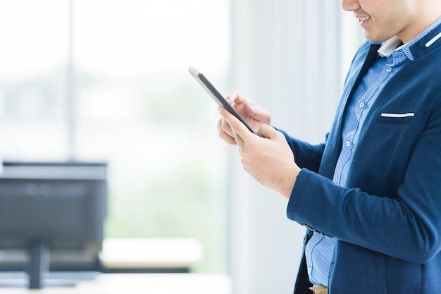 Close-up van zakenman het werken met handsmartphone in het bureau