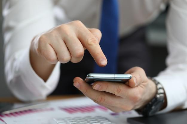 Close-up van zakenman met behulp van moderne smartphone