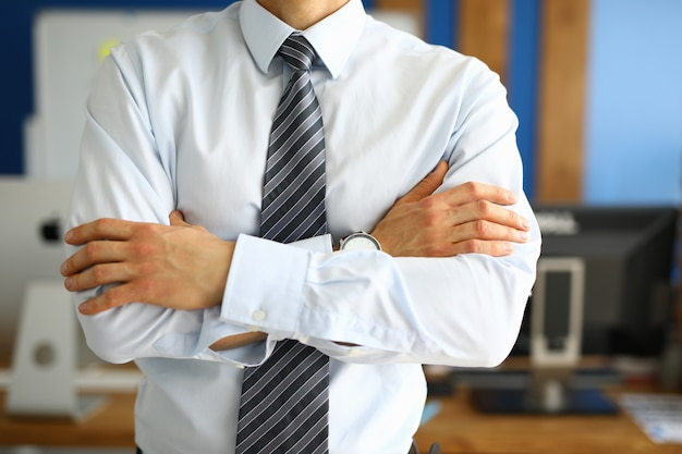 Close-up van zakenman met gevouwen handen