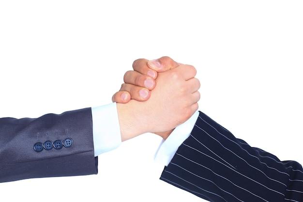 Close-up van zakenmensen die handen schudden om hun partnerschap te bevestigen geïsoleerd op een witte