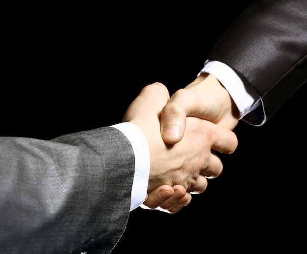 Close-up van zakenmensen die handen schudden om hun partnerschap te bevestigen